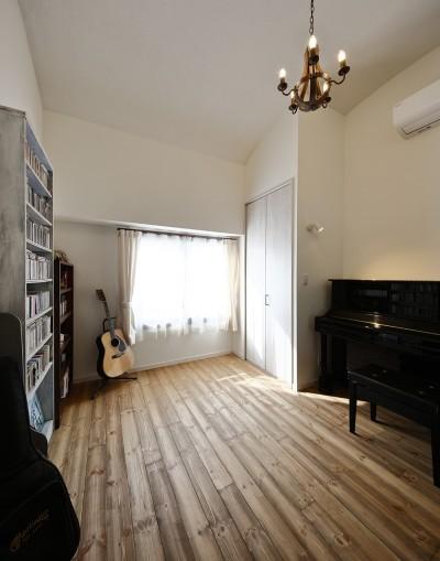 音楽を愉しむ趣味の部屋 (「海を感じるリゾート」夢をかなえた住まい)