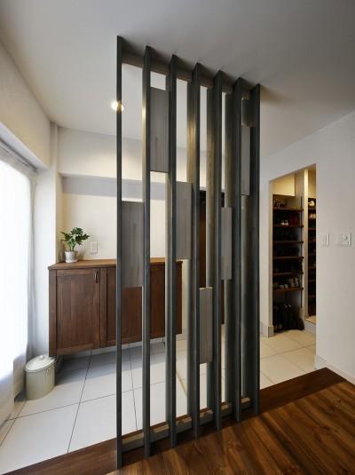 シンプルで機能性の高い玄関 (「海を感じるリゾート」夢をかなえた住まい)