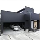 ビルドインガレージのあるモノトーンの家の写真 外観