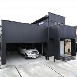 ビルドインガレージのあるモノトーンの家 (外観)