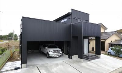 ビルドインガレージのあるモノトーンの家
