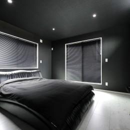 ビルドインガレージのあるモノトーンの家 (主寝室)