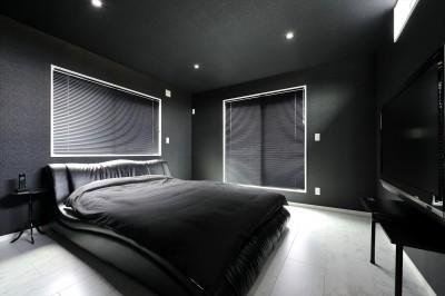 主寝室 (ビルドインガレージのあるモノトーンの家)