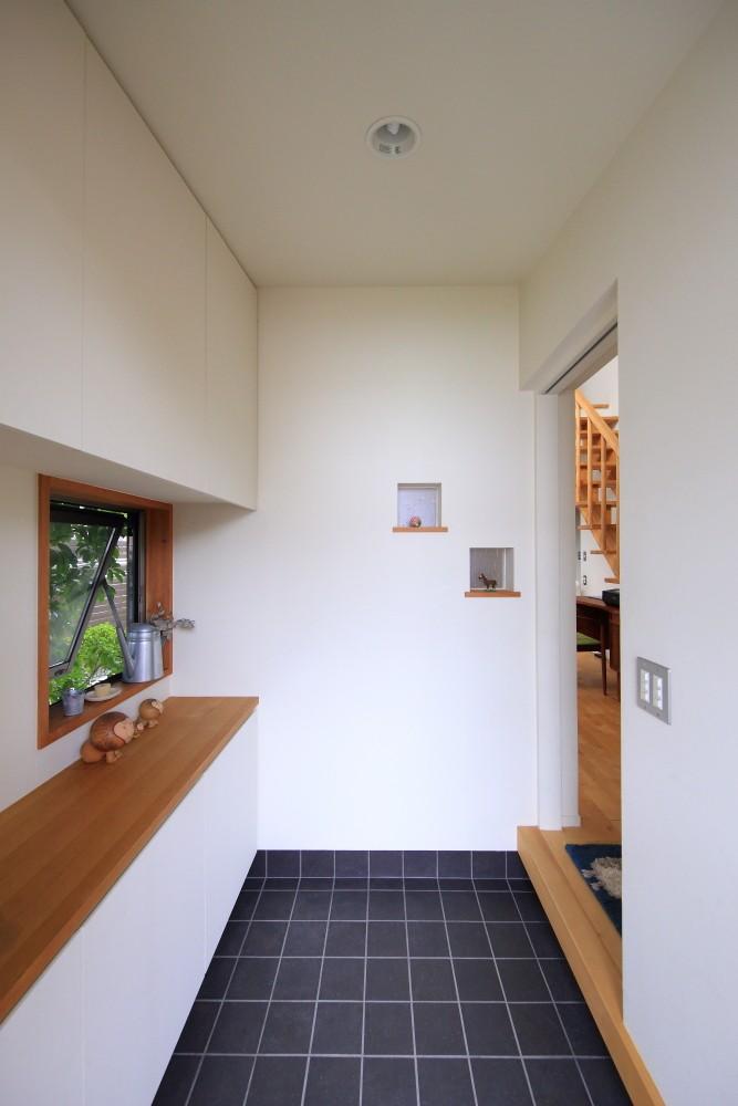 玄関事例:玄関(北欧家具と暮らす家~両親から譲り受けた古家の思い出をちりばめた家~)