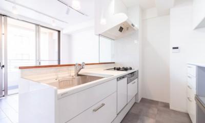 明るさが広がる白く爽やかな空間 (キッチン)