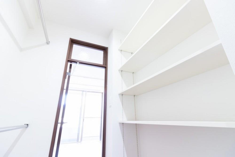 明るさが広がる白く爽やかな空間 (ウォークインクローゼット)