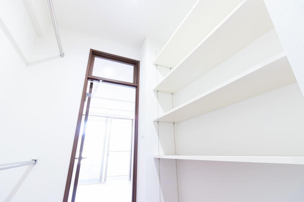 収納事例:ウォークインクローゼット(明るさが広がる白く爽やかな空間)