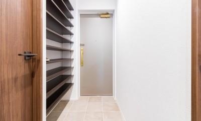 明るさが広がる白く爽やかな空間 (玄関)
