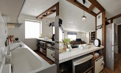 リノベーションで3室追加! 暮らしやすい家の工夫 (白を基調とした爽やかキッチン)