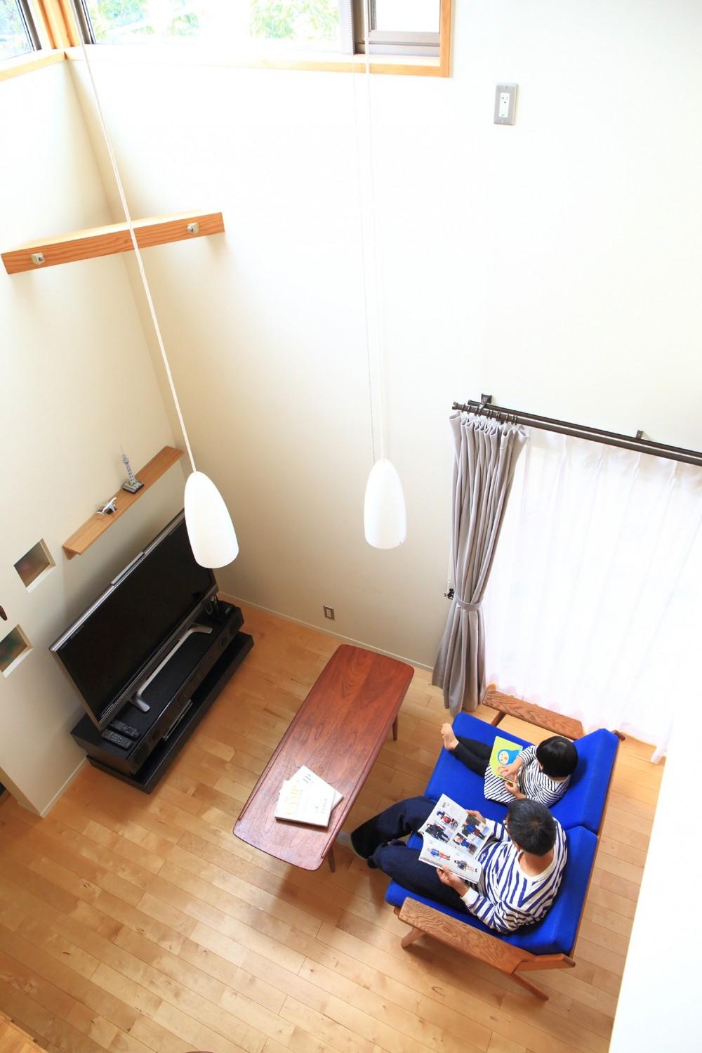 北欧家具と暮らす家~両親から譲り受けた古家の思い出をちりばめた家~ (リビング吹抜け)