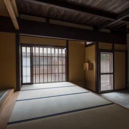 学林町の町家/耐震・断熱改修も行った京町家のリノベーション (玄関/表通りの格子と玄関土間)