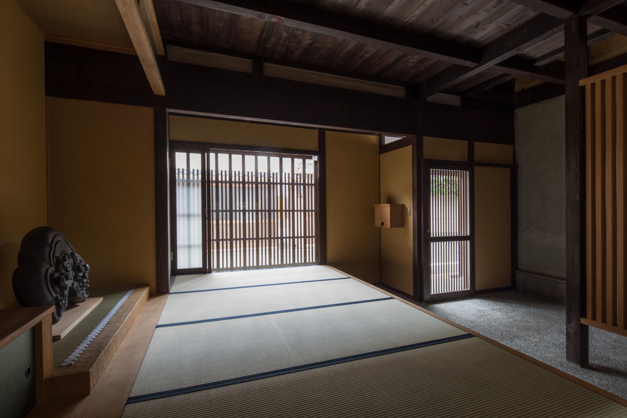 玄関事例:玄関/表通りの格子と玄関土間(学林町の町家/耐震・断熱改修も行った京町家のリノベーション)