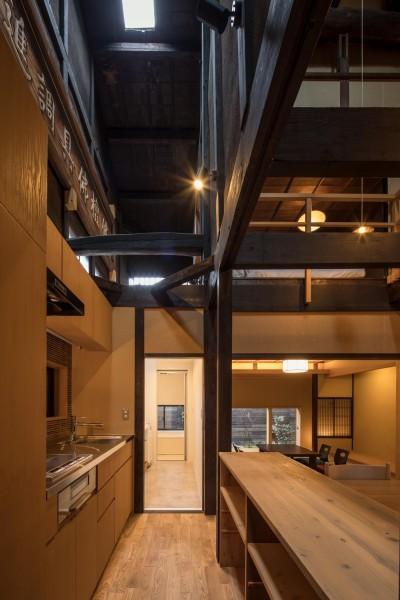 学林町の町家/耐震・断熱改修も行った京町家のリノベーション (キッチン/インテリアの素材感に合わせた造作キッチン)