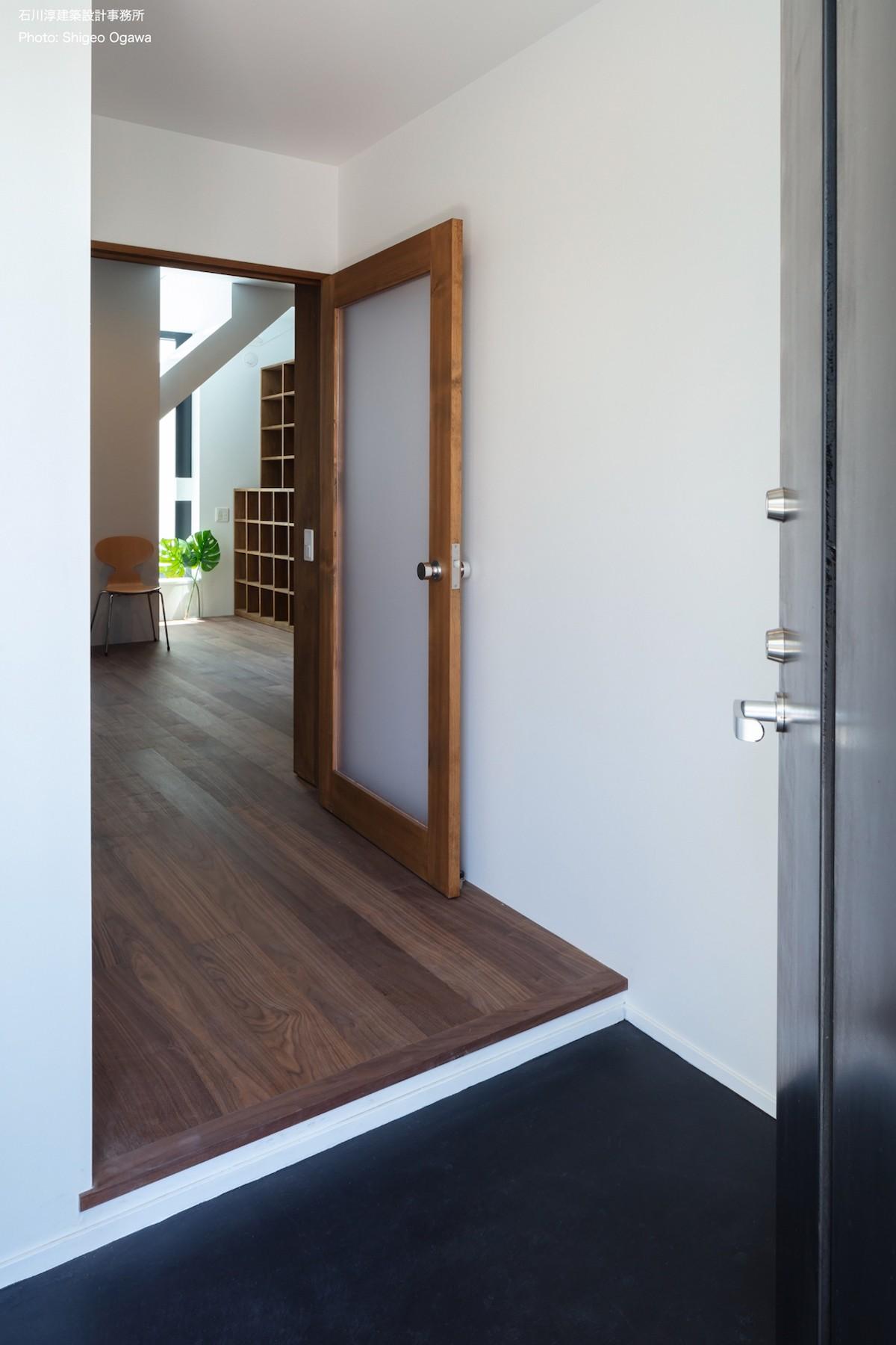 玄関事例:玄関の先には図書室(公園前の家 OUCHI-44)