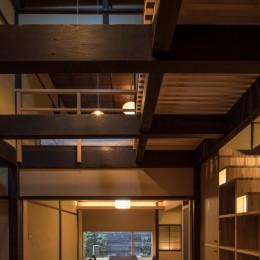 学林町の町家/耐震・断熱改修も行った京町家のリノベーション (居間/吹抜けの食堂から居間を見る)