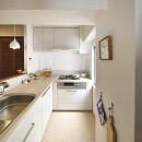北欧照明や雑貨が映える家の写真 透明感のあるタイルで軽やかなキッチン