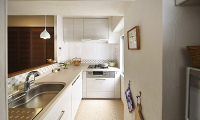 北欧照明や雑貨が映える家 (透明感のあるタイルで軽やかなキッチン)