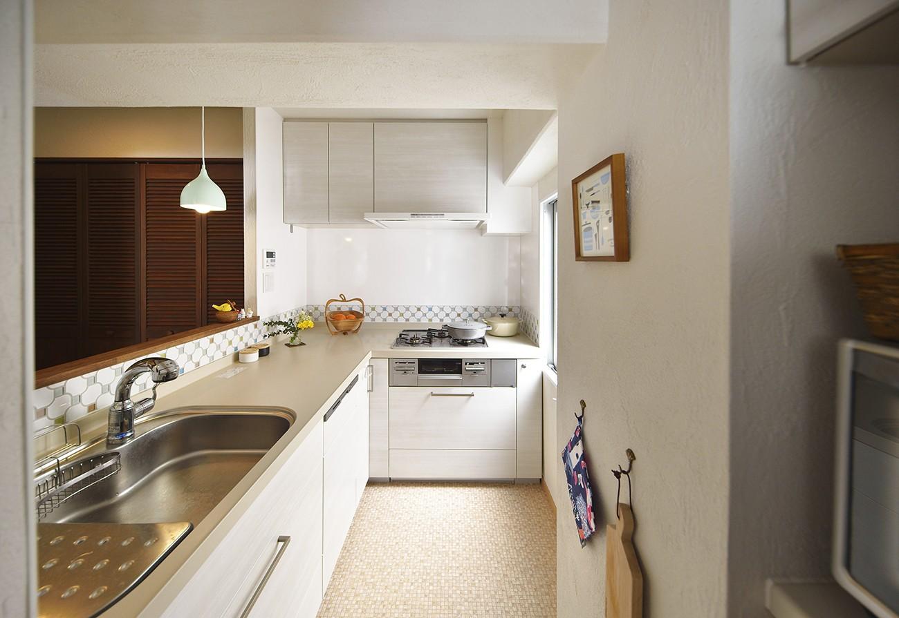 キッチン事例:透明感のあるタイルで軽やかなキッチン(北欧照明や雑貨が映える家)