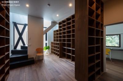 図書室と右に執筆作業のための書斎 (公園前の家 OUCHI-44)