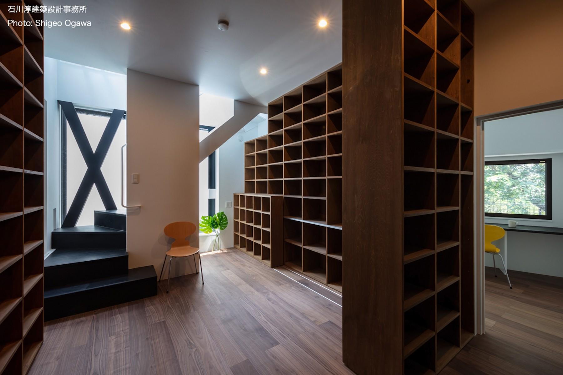 書斎事例:図書室と右に執筆作業のための書斎(公園前の家 OUCHI-44)