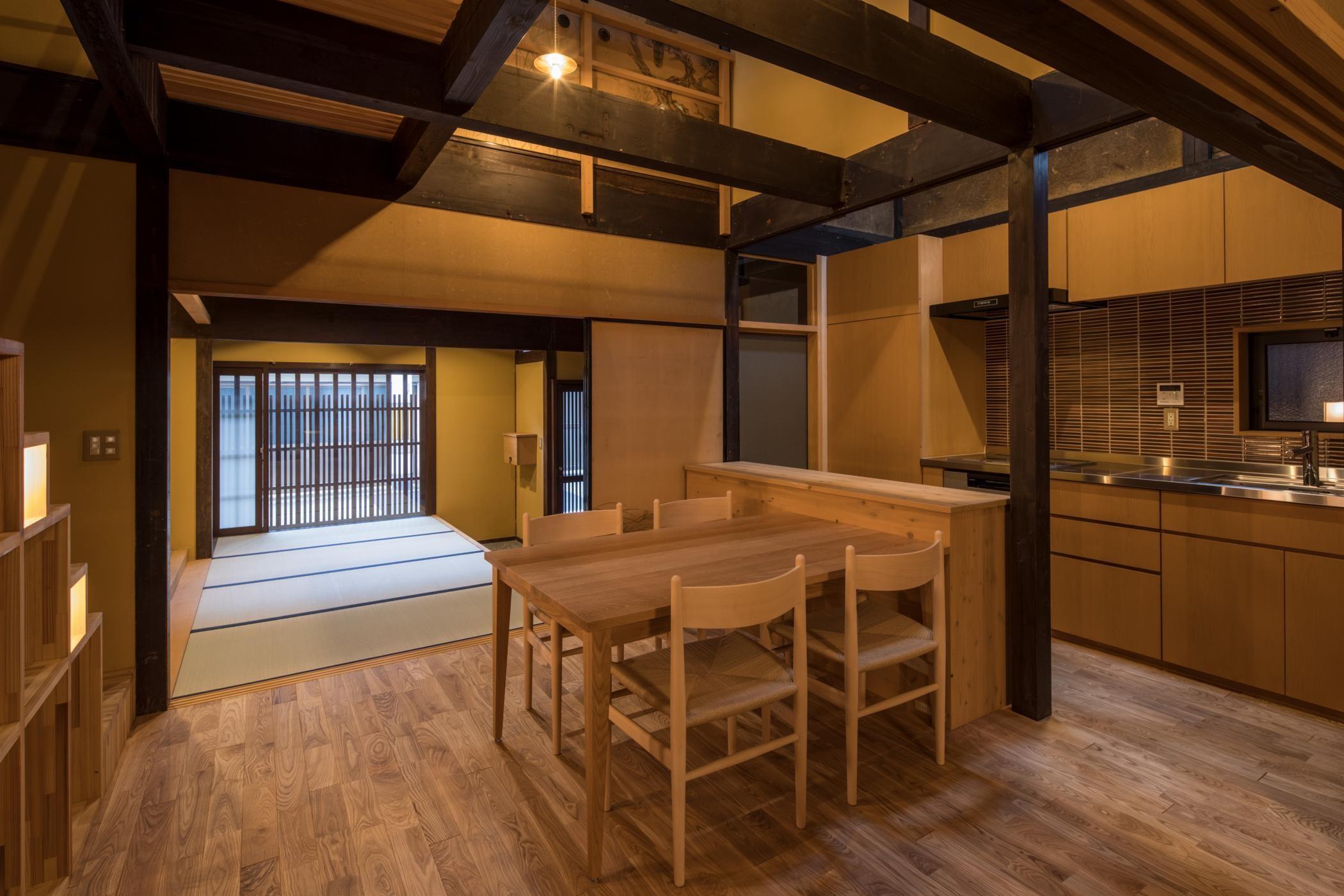 リビングダイニング事例:食堂・台所/新旧の部材が混ざり合うインテリア(学林町の町家/耐震・断熱改修も行った京町家のリノベーション)