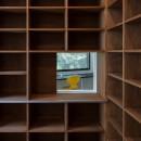 公園前の家 OUCHI-44の写真 本棚に内窓