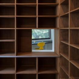 公園前の家 OUCHI-44 (本棚に内窓)