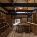 学林町の町家/耐震・断熱改修も行った京町家のリノベーションの写真 食堂・台所/新たに設けた箱階段が空間のアクセントになっています