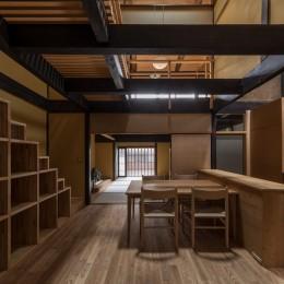 学林町の町家/耐震・断熱改修も行った京町家のリノベーション (食堂・台所/新たに設けた箱階段が空間のアクセントになっています)