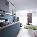 溶け合うテイストの写真 ブルーグリーンの壁が印象的な対面キッチン