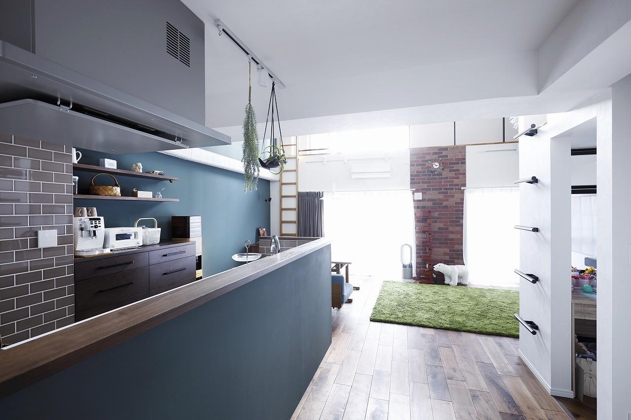 リビングダイニング事例:ブルーグリーンの壁が印象的な対面キッチン(溶け合うテイスト)