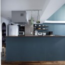 溶け合うテイストの写真 カウンター側面の色が印象的なキッチン
