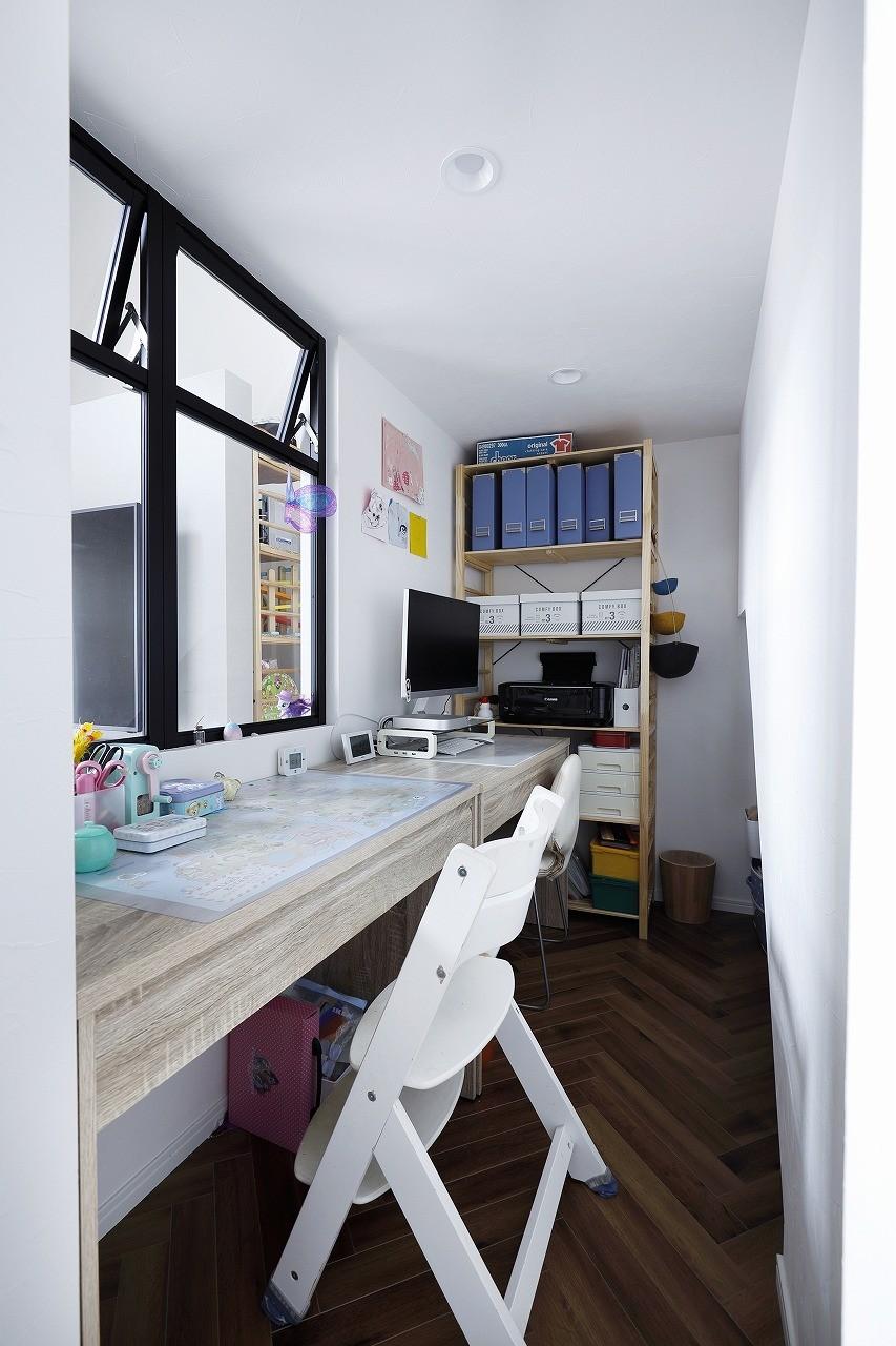 書斎事例:正面に大きな室内窓があるワークスペース(溶け合うテイスト)