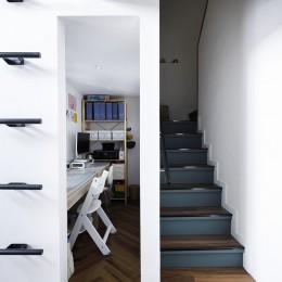 溶け合うテイスト (アクセントクロスと色を合わせた階段)