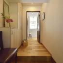 北欧照明や雑貨が映える家の写真 アンティーク家具が馴染む上質の玄関