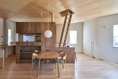 幾何学模様に出会えるまちの家 (2階リビングダイニング)