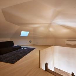 幾何学模様に出会えるまちの家|「瀬戸物の街」に建つ小さなランドマーク (屋根裏部屋(ロフト))