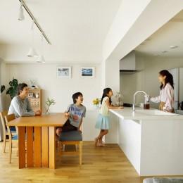 大勢の友人をもてなす家だから、玄関とリビングダイニングを広く明るく快適に。