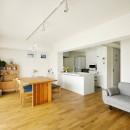 大勢の友人をもてなす家だから、玄関とリビングダイニングを広く明るく快適に。の写真 ホームパーティでも伸び伸びできる広さ