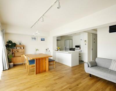 ホームパーティでも伸び伸びできる広さ (大勢の友人をもてなす家だから、玄関とリビングダイニングを広く明るく快適に。)