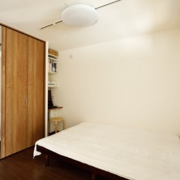 大勢の友人をもてなす家だから、玄関とリビングダイニングを広く明るく快適に。 (パソコンスペースもある寝室)