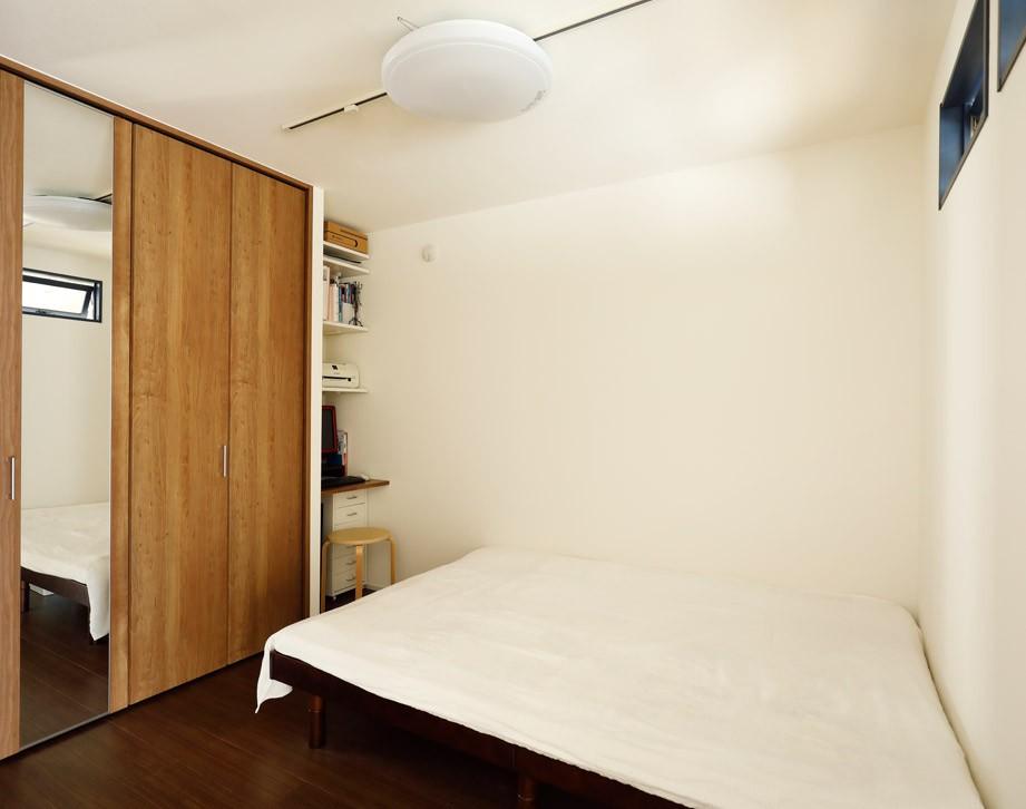 ベッドルーム事例:パソコンスペースもある寝室(大勢の友人をもてなす家だから、玄関とリビングダイニングを広く明るく快適に。)