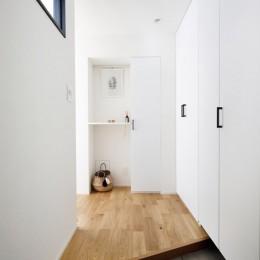 大勢の友人をもてなす家だから、玄関とリビングダイニングを広く明るく快適に。 (悩みが解決した玄関スペース)