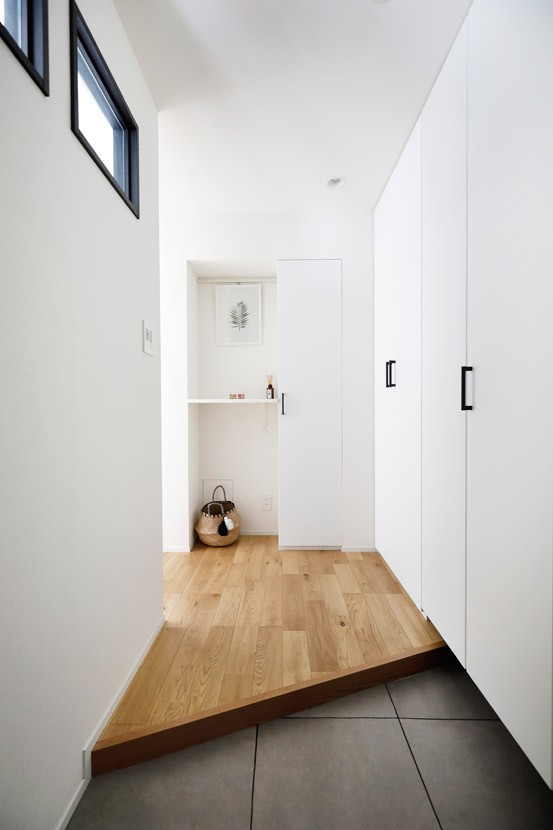 玄関事例:悩みが解決した玄関スペース(大勢の友人をもてなす家だから、玄関とリビングダイニングを広く明るく快適に。)