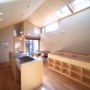 囲まれていてものびのび暮らせる家~日当りの悪さを克服!光が降り注ぐ明るい家~の写真 ダイニングキッチン