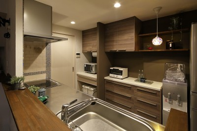 重厚感のある大人のキッチン (素材・質感 細部までこだわった理想の住まい)