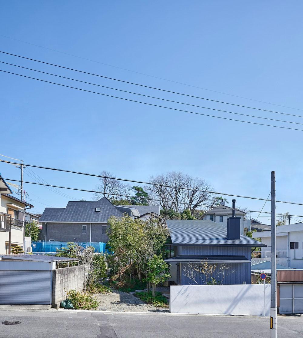 登り庭の家/徒歩15秒の山荘 (東側道路からみた外観)