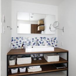 北欧インテリアのカフェハウス (洗面室)