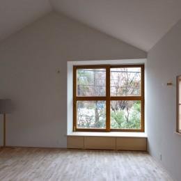 木々と木の窓の家