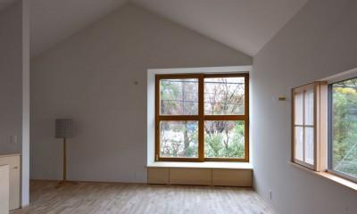 2階リビング|木々と木の窓の家